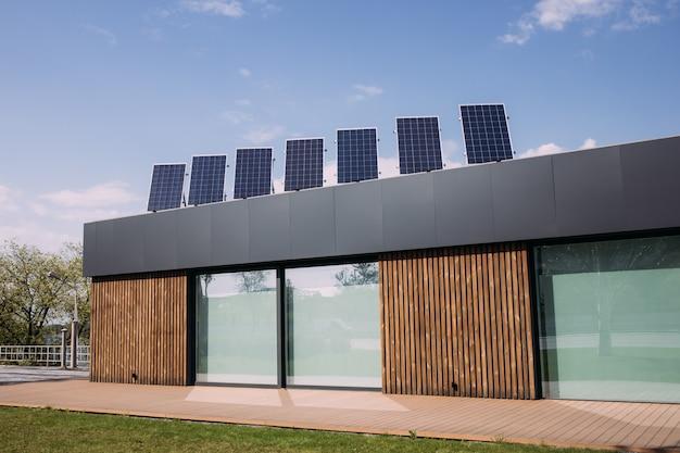 Una bella casa moderna in europa piace costruire una casa a risparmio energetico installando il pannello solare sul tetto per aiutarli a risparmiare denaro e la cosa più importante è salvare il mondo. sfondo Foto Premium