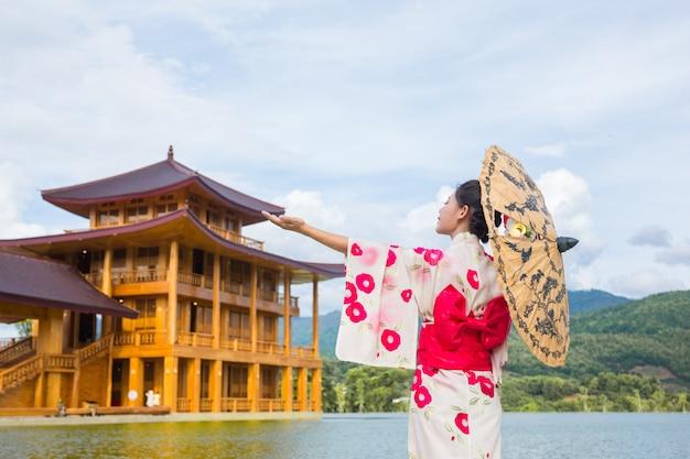 Una bella donna asiatica che indossa un kimono giapponese, concetto di abito tradizionale. Foto Gratuite