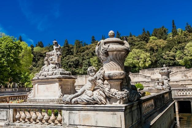 Una bella fontana nel jardin de la fontaine a nimes, in francia Foto Premium