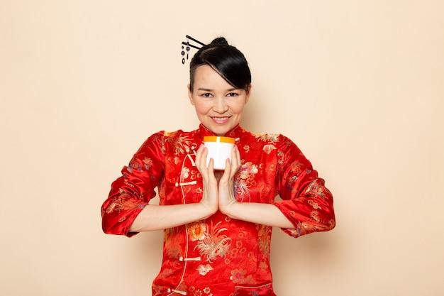Una bella geisha giapponese di vista frontale in vestito ...
