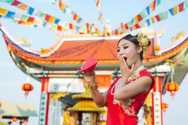 Una bella ragazza asiatica che indossa un abito rosso Foto Gratuite
