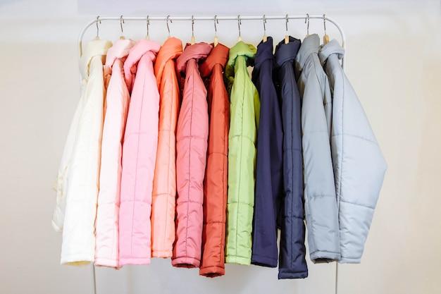 Una collezione di giacche alla moda autunno sui ganci in negozio. Foto Premium