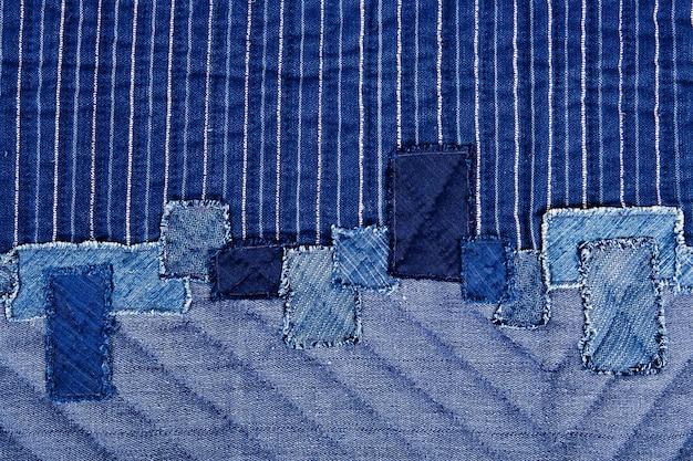 Una copertina del libro del panno dell'annata con un reticolo blu dello schermo e le strutture della priorità bassa del grunge. Foto Premium