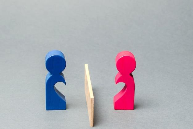 Una coppia di amanti ha diviso la barriera. Foto Premium