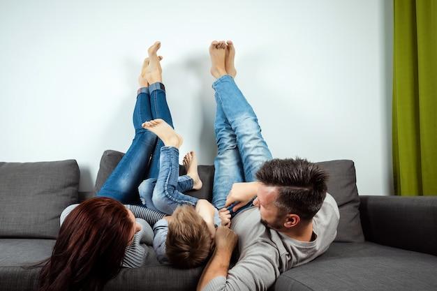 Una coppia di innamorati sdraiato su un letto a casa Foto Premium