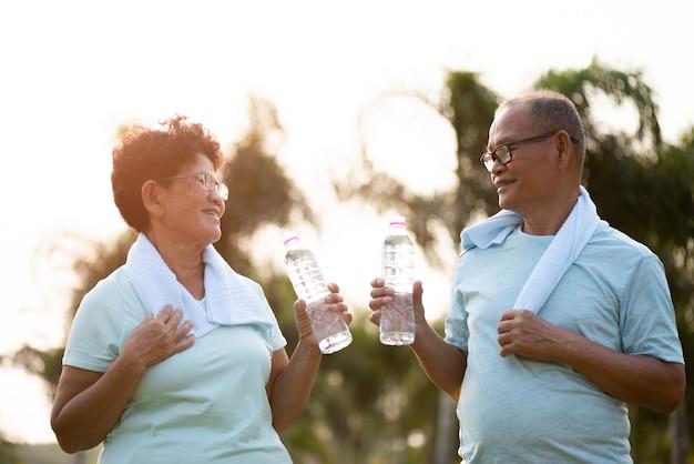 Una coppia di uomo anziano asiatico e donna facendo esercizio fisico all'aperto Foto Premium