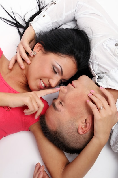 Una coppia felice giovane e attraente Foto Gratuite