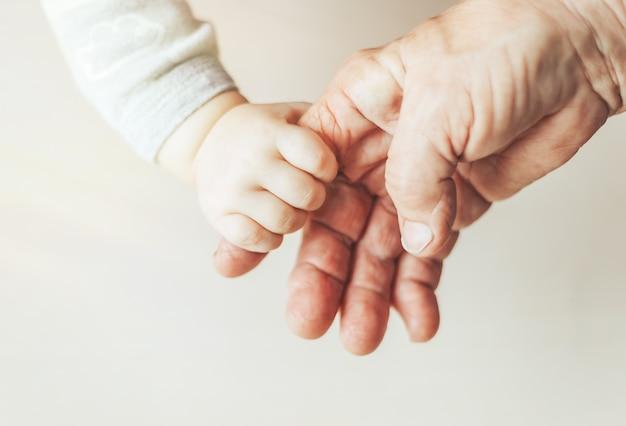 Una donna anziana e un bambino che si tengono per mano insieme Foto Premium