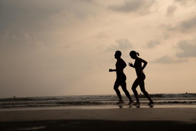 Una donna che corre in spiaggia Foto Premium