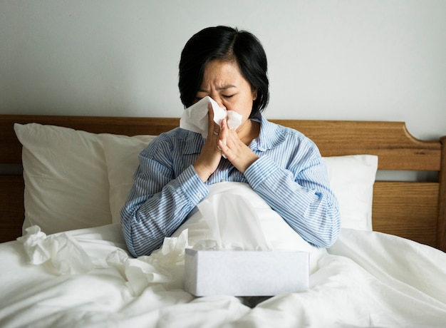 Una donna che soffre di raffreddore Foto Premium
