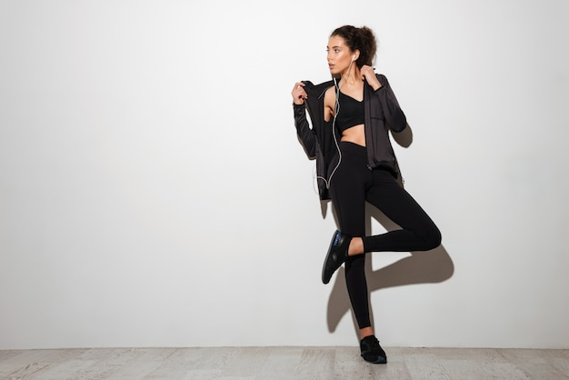 Una donna fitness bruna piuttosto riccia Foto Gratuite
