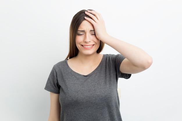 Una donna in difficoltà piange emotivamente. Foto Premium