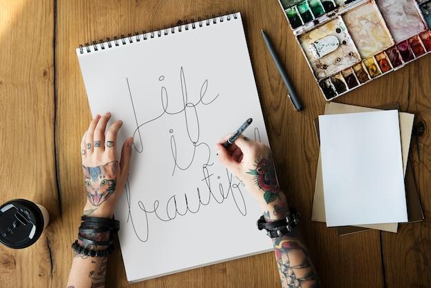 Una donna sta scrivendo una citazione di motivazione di vita Foto Premium