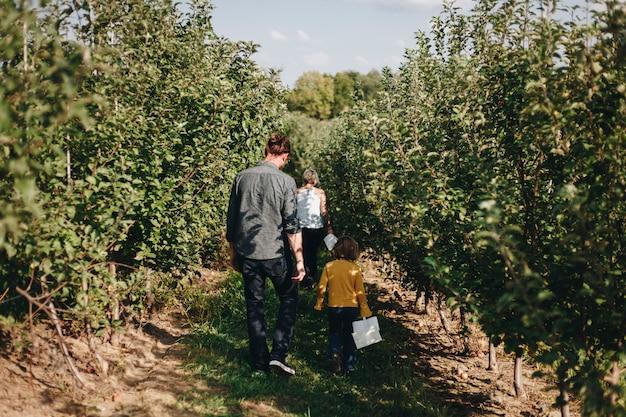 Una famiglia caucasica passa del tempo insieme alla fattoria Foto Premium