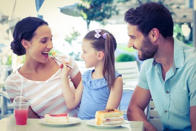 Una famiglia che mangia al ristorante Foto Premium