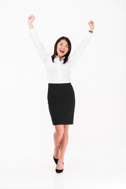 Una felice imprenditrice asiatica in piedi Foto Gratuite