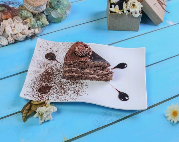 Una fetta di torta al cioccolato con cacao in polvere. Foto Gratuite