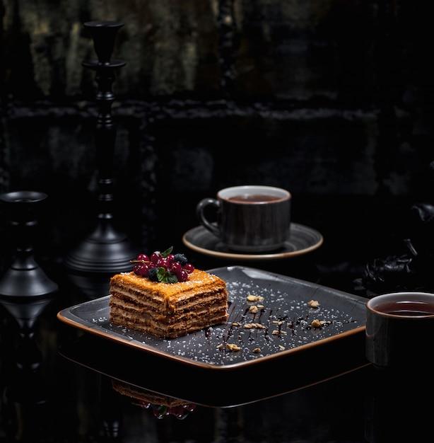 Una fetta quadrata di medovik di torta di miele Foto Gratuite
