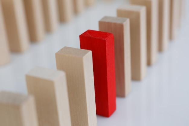 Una fila rossa del blocco di legno di lotteria del vincitore Foto Premium