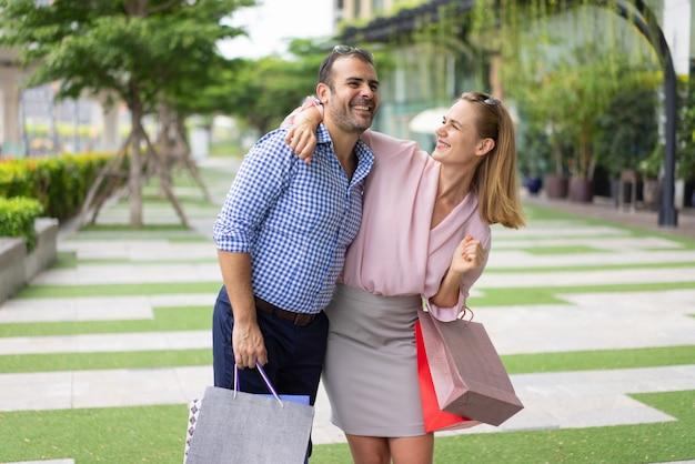 Ufficio Moderno Gioiosa : Una gioiosa coppia di acquirenti stupita dagli acquisti