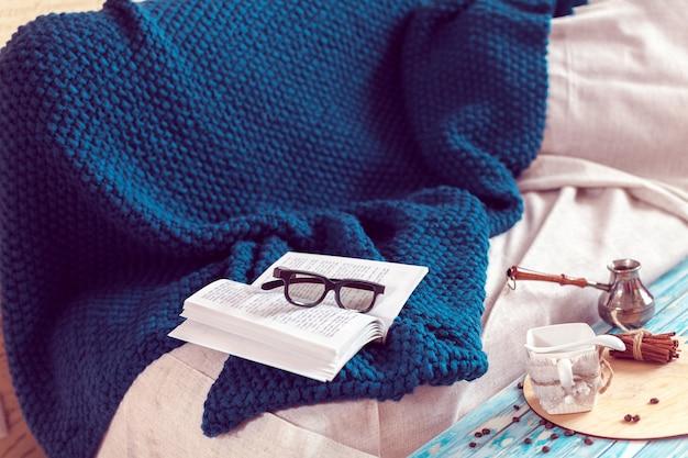 Una giornata di relax con la lettura di un libro e il consumo di caffè Foto Premium