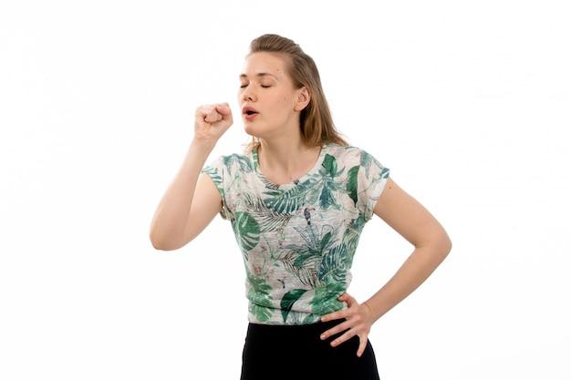 Una giovane donna attraente di vista frontale in camicia progettata e gonna nera che tossiscono sul bianco Foto Gratuite