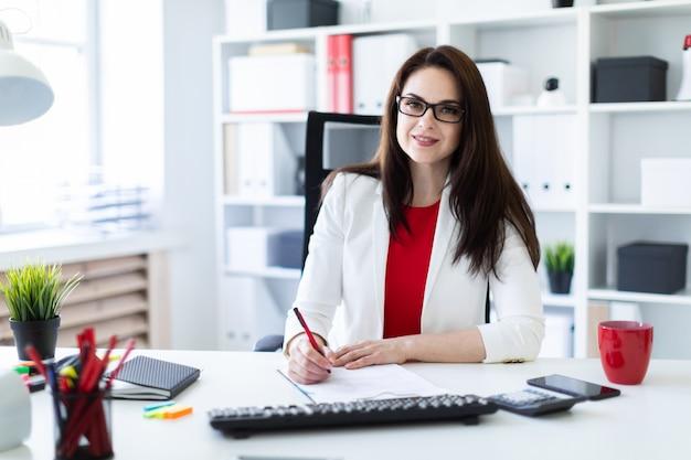 Una giovane donna che lavora in ufficio alla scrivania del computer. prima di mentire documenti. Foto Premium