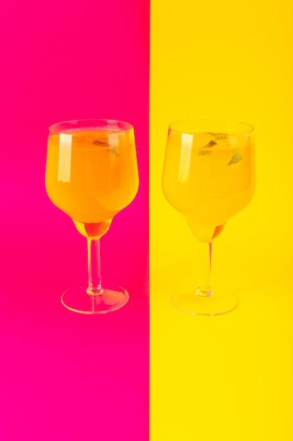 Una glassa fresca fresca della bevanda del limone di vista frontale dentro i vetri isolati sull'estate giallo-rosa della bevanda del cocktail del fondo Foto Gratuite