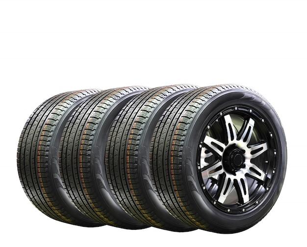 Una gomma di quattro ruote di automobile con l'orlo della lega isolato su fondo bianco, spazio della copia Foto Premium
