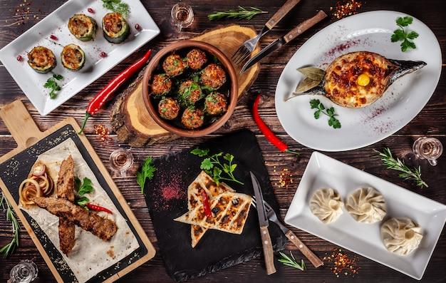 Una grande tavola apparecchiata di piatti diversi per tutta la famiglia in un giorno libero. Foto Premium