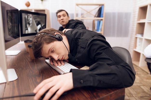 Una guardia dell'uomo sta dormendo sul posto di lavoro. Foto Premium