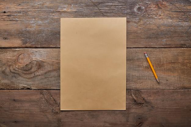 Una lista dei desideri, vecchio foglio di carta con la matita in legno grunge con spazio di copia, Foto Premium