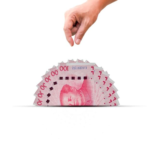 Una metà della banconota in cina yuan con la mano. lo yuan è la valuta mondiale e popolare per lo scambio con altri. Foto Premium