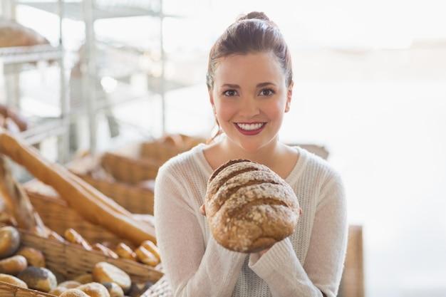 Una pagnotta di pane abbastanza castana Foto Premium