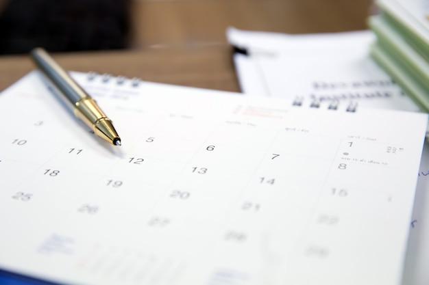 Una penna in cima calendario per incontri d'affari e riunioni. Foto Premium