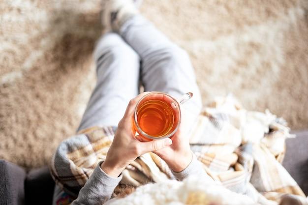 Una persona a casa con il tè Foto Premium