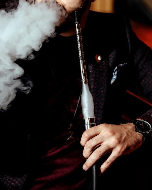 Una persona che fuma narghilè Foto Gratuite