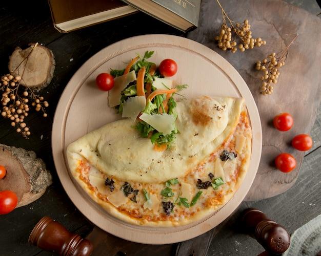 Una pizza di quattro formaggi nel piatto Foto Gratuite