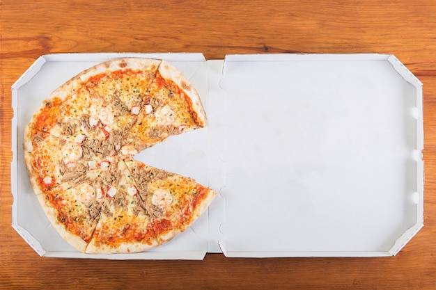 Una pizza senza una fetta Foto Premium