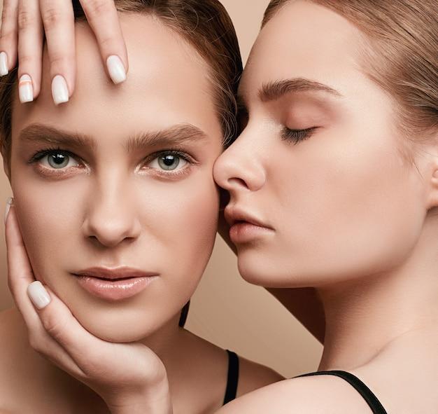 Una posa sensuale di due una bella giovani donne Foto Premium