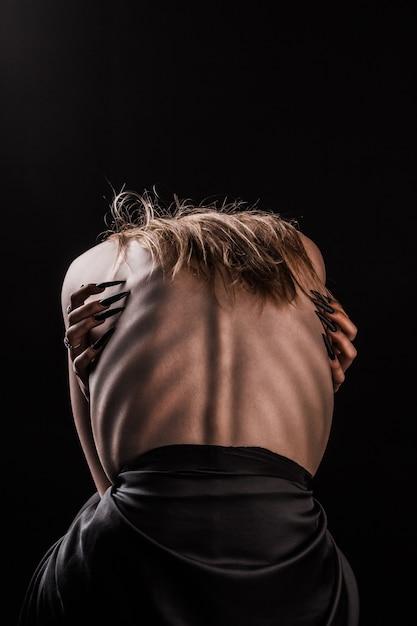 Una ragazza con la schiena nuda, magrezza severa e costole sporgenti Foto Premium