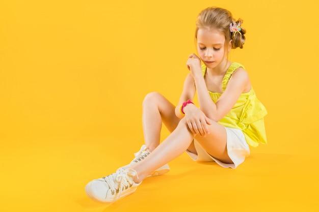 Una ragazza è seduta Foto Premium