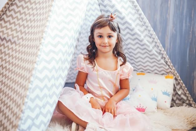 Una ragazza in uno studio fotografico Foto Gratuite