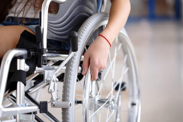 Una ragazza su una sedia a rotelle è in piedi nel corridoio dell'ospedale. Foto Premium