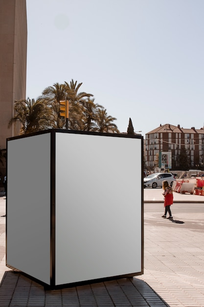 Una scatola luminosa pubblicitaria all'aperto in strada Foto Gratuite
