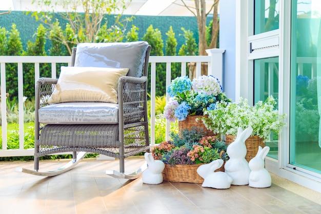 Sedie A Dondolo Depoca : Una sedia a dondolo in legno e fiori nel cesto sul pavimento