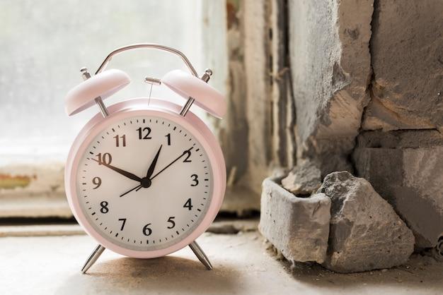 Una sveglia sul vecchio davanzale Foto Gratuite