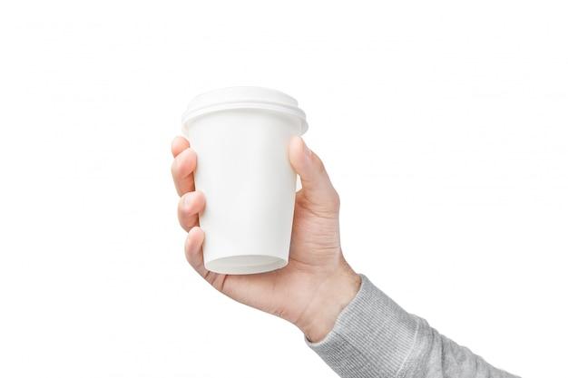 Una tazza di caffè di carta in mano. tazza di caffè del libro bianco a disposizione isolata su bianco Foto Premium
