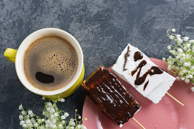 Una tazza di caffè e marshmallow fatti in casa. delizioso dessert Foto Premium