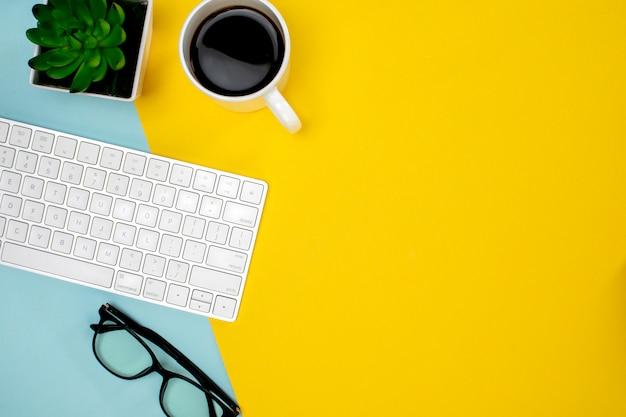 Una tazza di caffè e tastiera e occhiali wireless Foto Gratuite